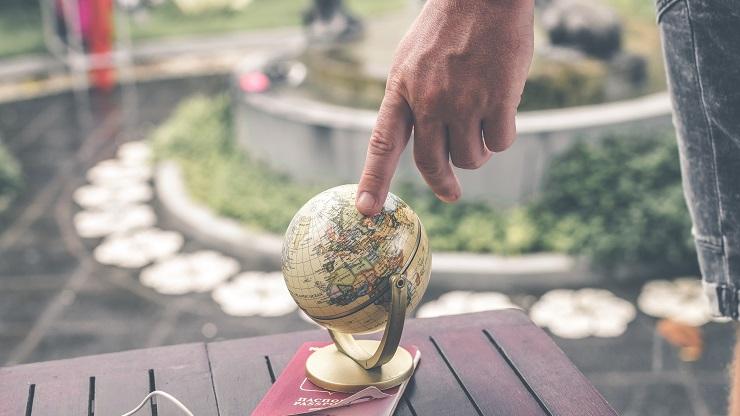 地球儀で国を探す