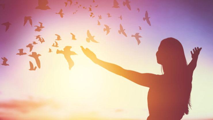 自由になる女の人のシルエット