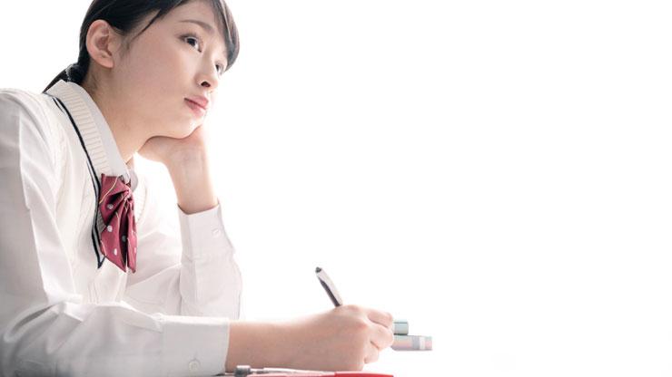 勉強している女子学生