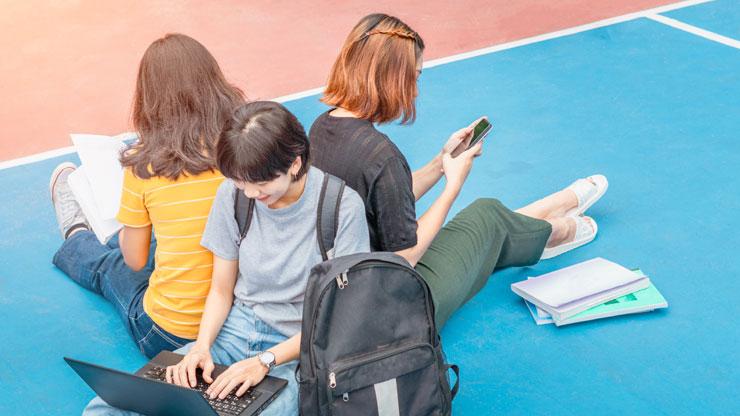 英語の試験対策をする学生たち