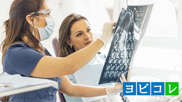 患者と会話をする女性医師,歯医者