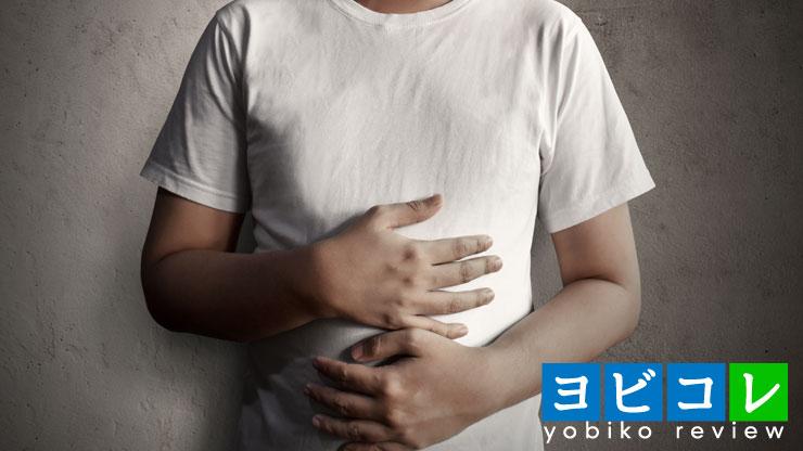 胃を抱える男性