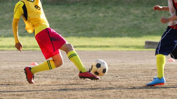 サッカーをする男子高校生
